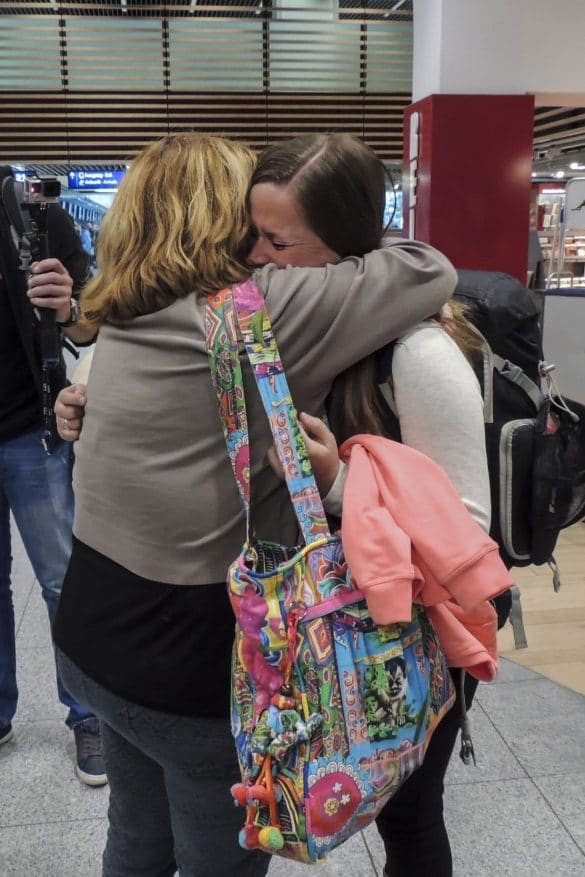 Manon and her mom hugging goodbye